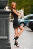 Piękna seksowna kobieta z czerń blondynu i sukni pozować plenerowy fashion girl Fotografia Stock