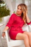 Piękna seksowna kobieta z czerwień blondynu i sukni pozować plenerowy fashion girl Obrazy Stock