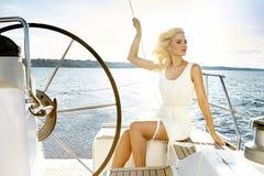 Piękna seksowna młoda blondynki kobieta, jedzie łódź na wodzie, marszruta, piękny makeup, odzież, lato, słońce, perfect ciało fi obrazy royalty free