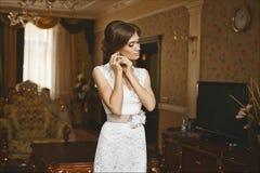 Piękna seksowna młoda brunetki kobieta z niebieskimi oczami i jaskrawym wieczór makijażem z perfect szczupłym ciałem i dużą piers zdjęcie stock