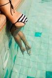 Piękna seksowna młoda kobieta w erotyczny pasiasty bikini przylegać Obraz Royalty Free