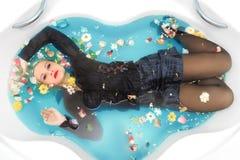 Piękna Seksowna namiętna atrakcyjna dziewczyna z blondynka mokrym włosy, jaskrawym makeup i mokrym czarnym spódnicowym lying on t Zdjęcia Stock