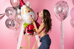 Piękna seksowna szczupła dziewczyna jest ubranym przejrzystego erotycznego stanika i cajg zdjęcie stock