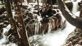 Piękna siklawa leje się przez parka narodowego Plitvice jeziora w Chorwacja fotografia stock