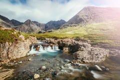 Piękna siklawy sceneria na wyspie Skye, Szkocja: Czarodziejscy baseny, roztoka Chrupliwa, Szkocja sunshine obrazy royalty free