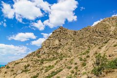 Piękna skalista góra na tle niebieskie niebo z chmurami Widok Spod spodu zdjęcie royalty free