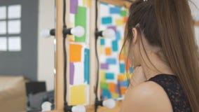 Piękna smutna dziewczyna patrzeje w lustrze przy jej twarzą zdjęcie wideo