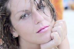 Piękna smutna kobieta patrzeje bezpośrednio przy kamerą Zdjęcie Royalty Free