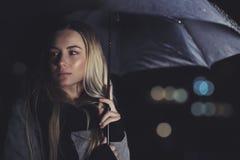 Piękna smutna kobieta przy dżdżystą nocą obrazy stock