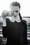 Piękna smutna młoda dziewczyna fotografuje na rocznika filmu kamerze czarny white Obraz Stock