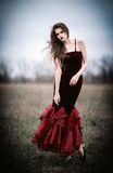 Piękna smutna młoda kobieta w polu zdjęcia royalty free