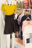 Piękna spaghetti patka i czarna krótka spódnica zdjęcia royalty free