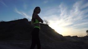 Piękna sport dziewczyna przy zmierzchem zdjęcie wideo