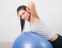 Piękna sport kobieta robi sprawności fizycznej ćwiczeniu na piłce Pilates, zdrowy plecy, sporty, zdrowie Zdjęcia Stock