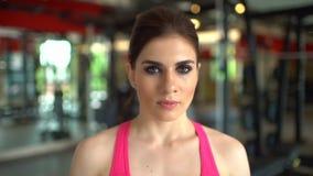 Piękna sportowa kobieta patrzeje w kamerze Portret sporta trenera kobiety dziewczyna Pojęcie sport, piękno, sprawność fizyczna zbiory wideo