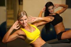 Piękna sportowa kobieta pracuje ab interwały w sprawności fizycznej Zdjęcia Stock