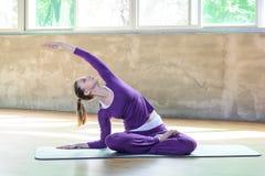 Piękna sportowa młoda kobieta robi joga pozie Półksiężyc wyszukuje Indudalasana obrazy royalty free