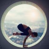 Piękna sporty dysponowana jog kobieta ćwiczy joga asana Natarajasana - władyka taniec poza w round okno zdjęcie stock