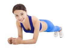 Piękna sporty kobieta robi sedna ćwiczeniu na podłoga Zdjęcia Royalty Free