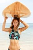 Piękna sporty surfingowiec dziewczyna przy plażą Zdjęcia Stock