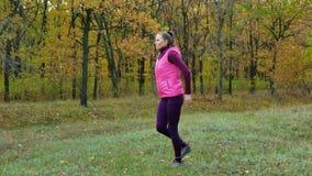 Piękna sprawność fizyczna sporta dziewczyna grże up zanim biegający w jesień parku Trening Outdoors zbiory wideo