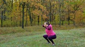 Piękna sprawność fizyczna sporta dziewczyna grże up zanim biegający w jesień parku Trening Outdoors zdjęcie wideo