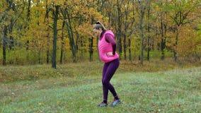 Piękna sprawność fizyczna sporta dziewczyna grże up zanim biegający w jesień parku Trening Outdoors zbiory