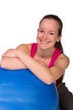 Piękna sprawności fizycznej kobieta pozuje z sprawności fizycznej piłką  Obraz Royalty Free