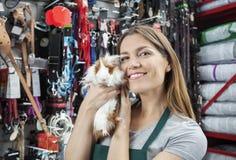 Piękna sprzedawczyni Trzyma Ślicznego królika doświadczalnego Przy sklepem Zdjęcia Stock
