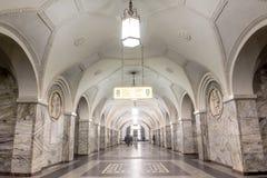 Piękna stacja metru z ludźmi chodzi w Moskwa Fotografia Royalty Free