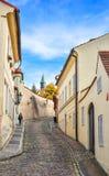 Piękna stara ulica z ładnymi budynkami i brukowa brukiem, Praga, republika czech Praga pejzaż miejski Fotografia Stock