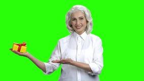 Pi?kna starsza kobieta przedstawia prezenta pude?ko zbiory wideo