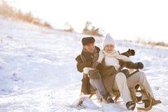 Piękna starsza para na saneczki ma zabawę, zima dzień Obraz Stock