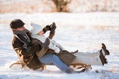 Piękna starsza para na saneczki ma zabawę, zima dzień Zdjęcie Stock