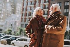 Piękna starsza para patrzeje each ono uśmiecha się i inny fotografia stock