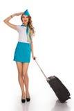 Piękna stewardesa trzyma bagaż zdjęcia stock