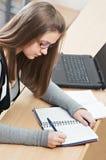 Piękna studencki dziewczyny studiowanie Zdjęcia Stock
