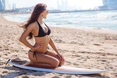 Piękna surfingowiec brunetki dziewczyna z deską na plaży Dubaj Obraz Stock