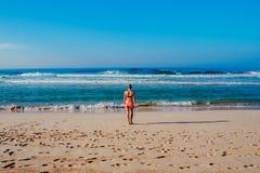 Piękna surfingowiec dziewczyna cieszy się wakacje na tropikalnej plaży Młoda kobieta z surfboard w Sri Lanka Obraz Royalty Free