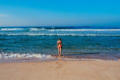 Piękna surfingowiec dziewczyna cieszy się wakacje na tropikalnej plaży Młoda kobieta z surfboard w Sri Lanka Zdjęcia Stock