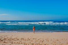Piękna surfingowiec dziewczyna cieszy się wakacje na tropikalnej plaży Młoda kobieta z surfboard w Sri Lanka Obrazy Stock