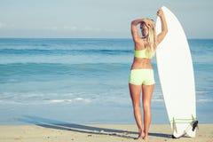 Piękna surfingowiec dziewczyna na plaży Zdjęcie Stock