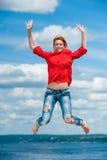 Piękna szczęśliwa śmieszna młoda rudzielec kobieta skacze Obrazy Stock
