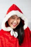 Piękna szczęśliwa azjatykcia dziewczyna w Święty Mikołaj odziewa Obraz Stock