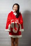 Piękna szczęśliwa azjatykcia dziewczyna w Święty Mikołaj odziewa Obrazy Royalty Free