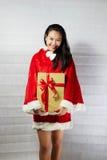 Piękna szczęśliwa azjatykcia dziewczyna w Święty Mikołaj odziewa Zdjęcie Stock