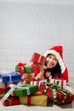 Piękna szczęśliwa azjatykcia dziewczyna w Święty Mikołaj odziewa Obraz Royalty Free