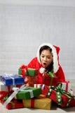 Piękna szczęśliwa azjatykcia dziewczyna w Święty Mikołaj odziewa Zdjęcia Royalty Free