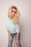 Piękna szczęśliwa blond dziewczyna w tanu, zabawę Fotografia Royalty Free
