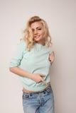Piękna szczęśliwa blond dziewczyna w tanu, zabawę Zdjęcie Royalty Free